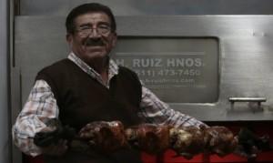 """Heriberto Ruiz: """"Con mis hornos, los pollos salen más sabrosos""""."""