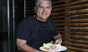José del Castillo asegura que dirigir un restaurante es un trabajo muy sacrificado y le agradece a su mamá, quien empezó a cocinar y servir menú para mantener a sus hijos.