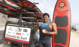 Gilberto Marcas vendía helados en la Costa Verde, una vez casi se ahoga y los tablistas le salvaron la vida. También le enseñaron sus secretos y ahora tiene su escuela de surf para chicos y grandes.