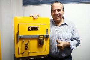 Ingeniero mecánico es el famoso creador de las cerraduras Cantol. Las empezó a fabricar porque los delincuentes rompían las puertas de sus vecinos y amigos.  hAhora exporta a Costa Rica, Ecuador y Bolivia. Pide a los emprendedores aventurarse y probar