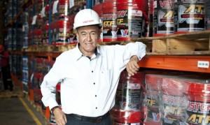 Oswaldo Hidalgo llegó de Áncash a la capital, fue vigilante y dice que lo importante es emprender algo, pero mantenerlo en el tiempo. Sus famosos lubricantes compiten con Shell, Texaco y Castrol.