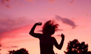 Incluso los que se resisten a la actividad física encuentran en el baile una solución completa.