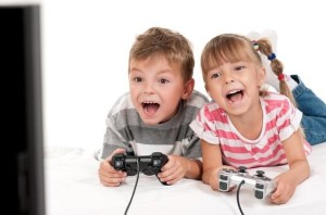 Un niño puede estar en contacto con sus juegos, pero siempre bajo el control de sus padres.