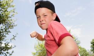 El niño, cuando entiende que golpear es parte de la comunicación adulta, lo aprende y se convierte en un pegalón.