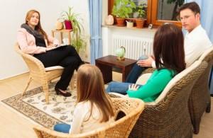 Es necesario que alguien del hogar haga de terapeuta y ayude al resto a comunicarse mejor.
