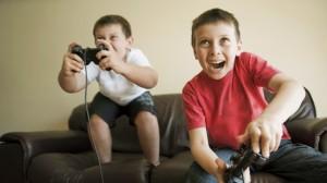 Un niño puede estar en contacto con sus videojuegos, pero siempre bajo el control y la mirada de sus padres.